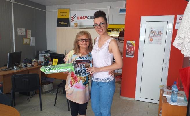 На снимката е спечелилата апартамент в гр. Банско Цветанка Нинова (в ляво), заедно с колежка от офиса в гр. Стражица Румяна Капинчева (в дясно).