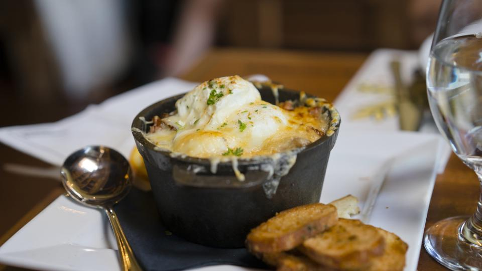Запечени картофи с яйца