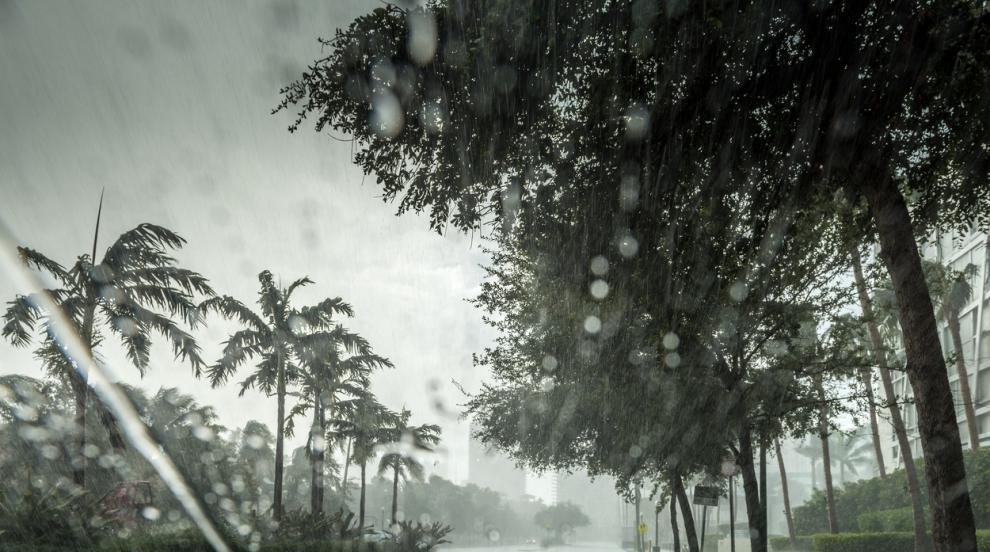 Тропическата буря Умберто се усили и вероятно ще прерасне в ураган