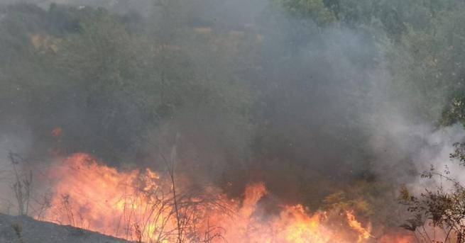 Голям пожар гори над град Котел. Огънят е далече от