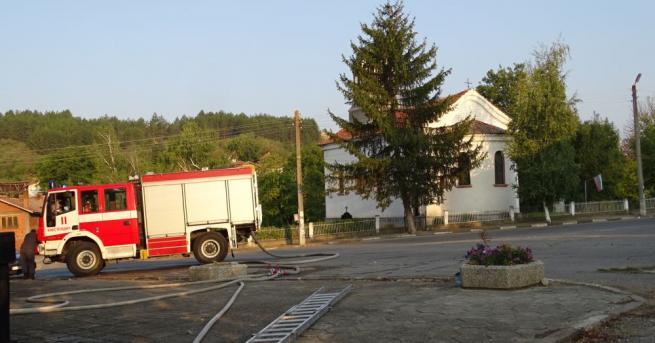 Снимка: 3 000 тома книги изгоряха при пожар в читалище край Кюстендил