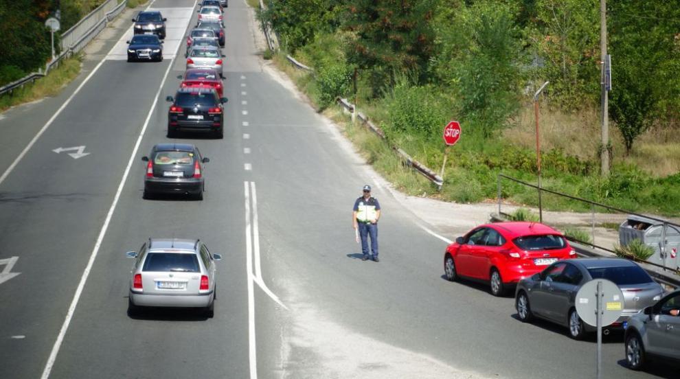 Колона от автомобили по Е-79 край Симитли (СНИМКИ)