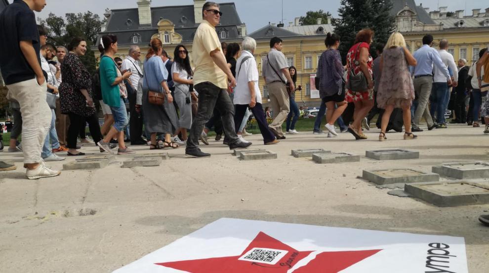 9-и септември пак раздели обществото на празнуващи и протестиращи