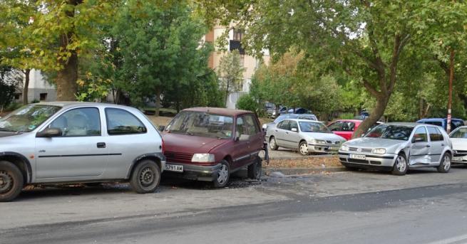 Три автомобила, паркирани на булевард в Благоевград са ударени тази