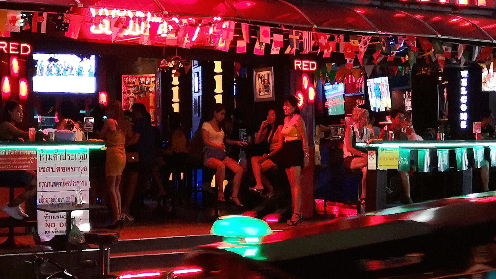 <p>Един от най-популярните и фотогенични райони за нощен живот е квартал Сой Нана в Чайнатаун. Седем заведения в Банкок са в списъка с най-добри барове в Азия.</p>