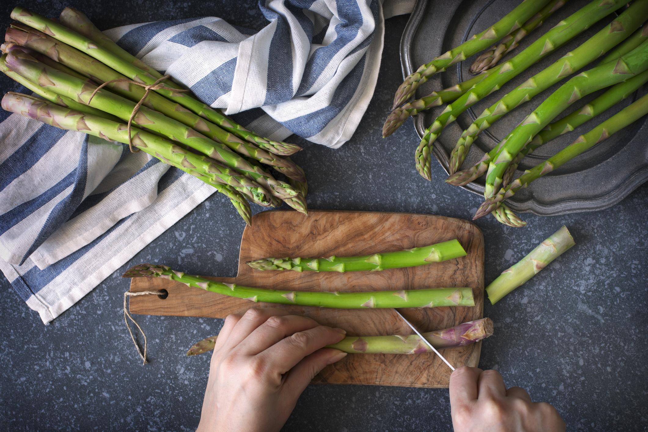 <p><strong>Аспержи</strong></p>  <p>Този пролетен зеленчук е пълен с борещи се с рак витамини A, C и E, а готвенето му повишава антиоксидантната му активност с 16 до 25%. Освен това при готвенето им се повишават нивата на фенолна киселина, което е свързано с намален риск от рак.</p>