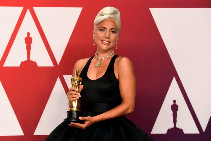 <p><b>Лейди Гага</b></p>  <p>През 2019г. певицата се появи с този уникален жълт камък, които Одри Хепбърн носеше във филма &bdquo;Закуска в Тифани&ldquo;. Огърлицата е на стойност $30млн и е изработена от 128-каратови диаманти.</p>