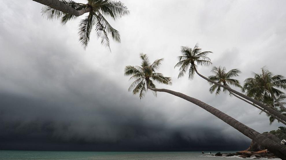 Тропическата буря Умберто се разразява край Бахамските острови