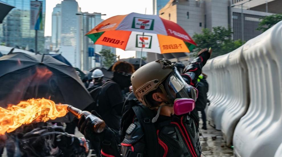 В Хонконг полиция и протестиращи отново влязоха в сблъсъци (ВИДЕО/СНИМКИ)