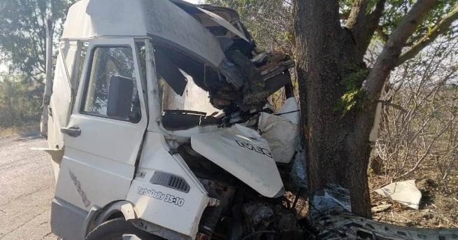 Екипи на пожарната помагаха да се извади шофьор, катастрофирал в