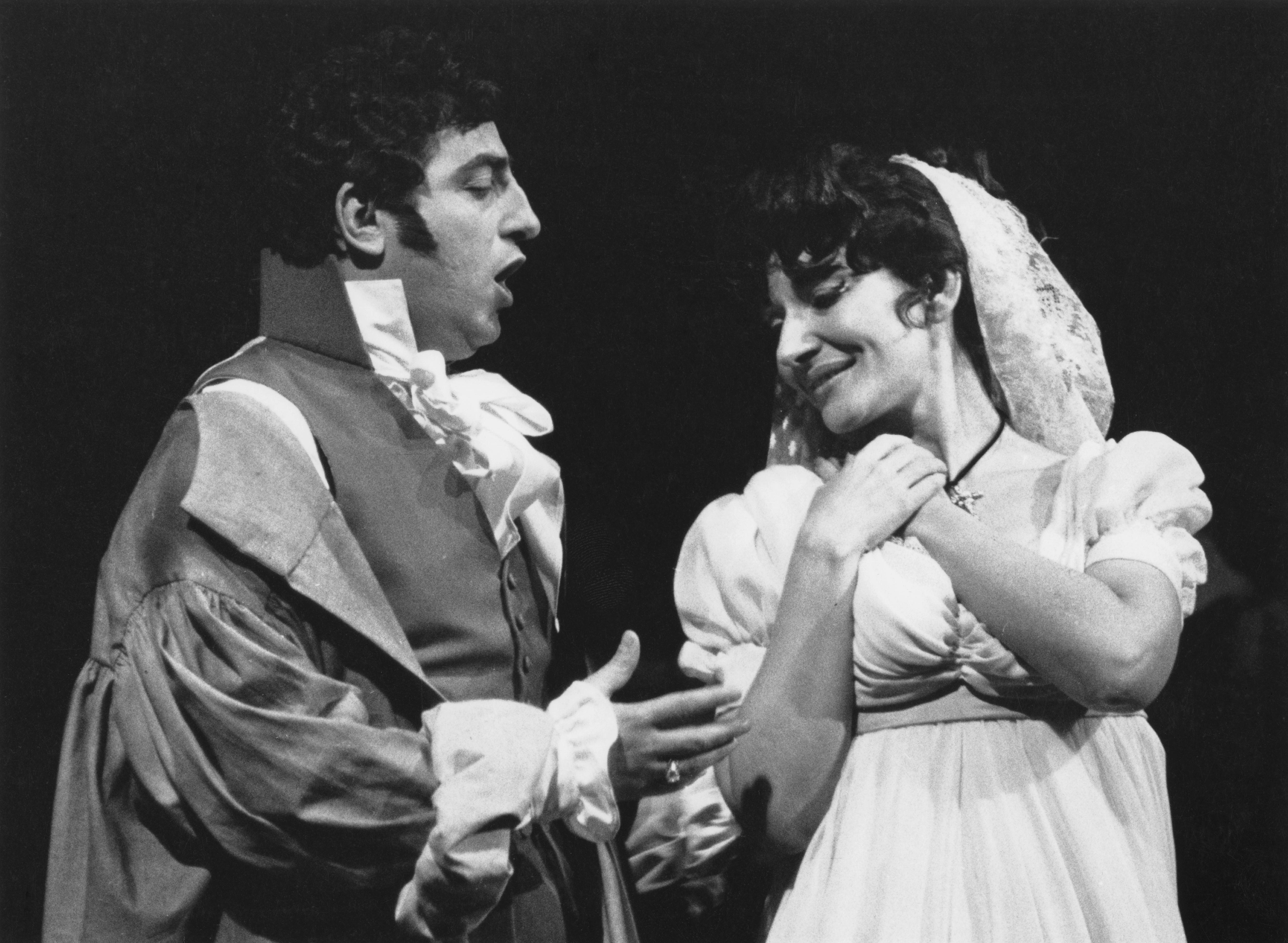 <p>Калас прави своя професионален дебют през февруари 1941 г. Първата ѝ водеща роля година по-късно е на Тоска в едноименната опера.</p>