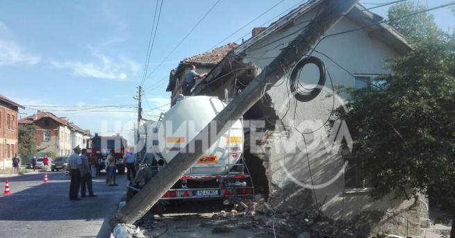 Двама души пострадаха, след като ТИР се вряза в къща