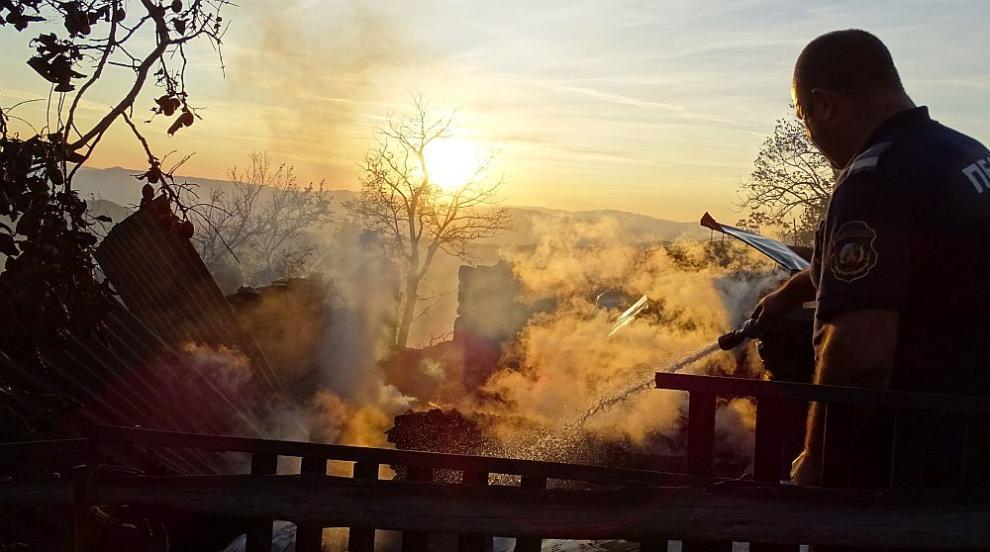 Пожар в склад за сладкарски изделия в Пловдив (ВИДЕО)