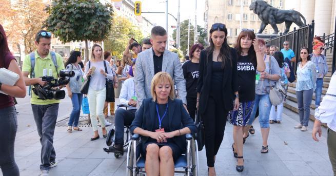 Кандидатът за кмет на София Мая Манолова седна в инвалидна