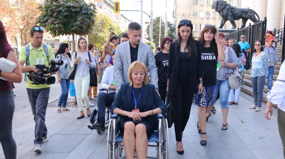 Мая Манолава седна в инвалидна количка за тест
