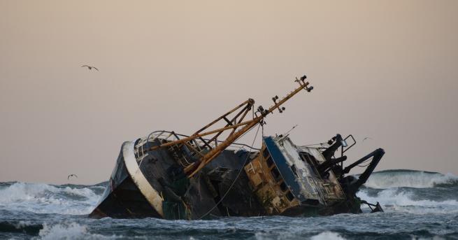 Снимка: Преобръщане на туристически кораб край Сенегал отне живота на 6 души