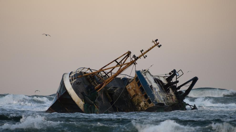 Преобръщане на туристически кораб край Сенегал отне живота на 6 души