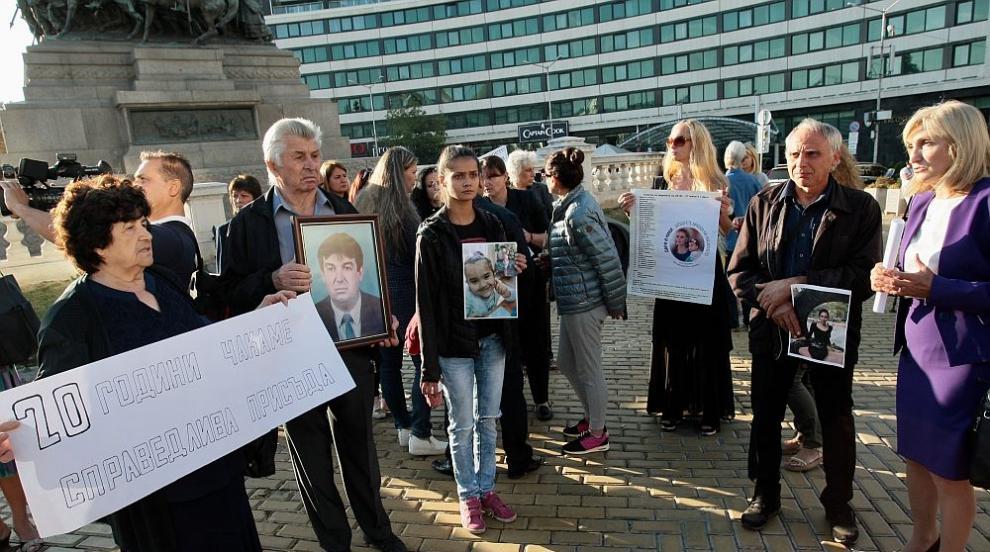 Близки на жертви на жестоки престъпления протестират пред парламента...