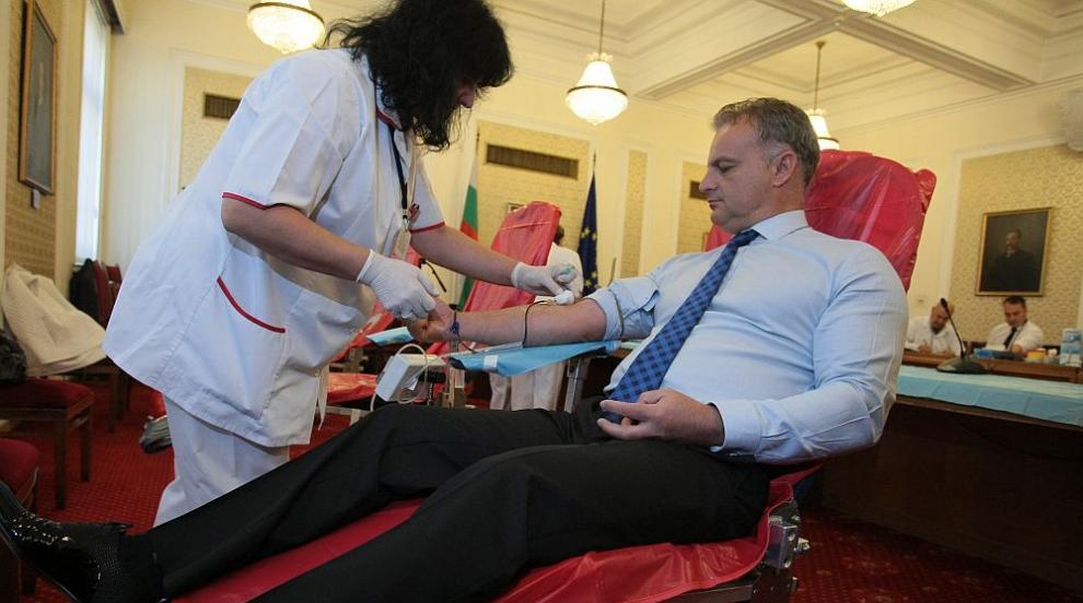 Благородна акция: Депутатите дариха кръв в Народното събрание (СНИМКИ)