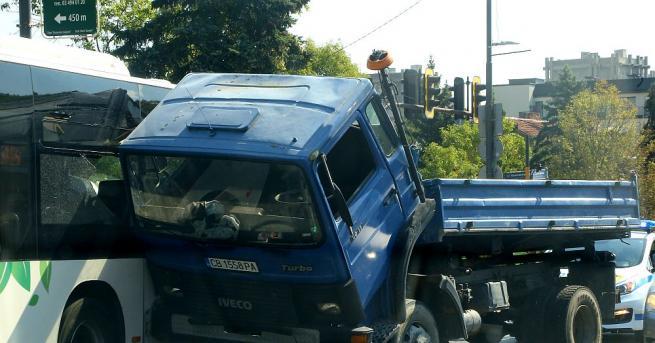 Камион и автобус на градския транспорт се удариха пред парк-хотел