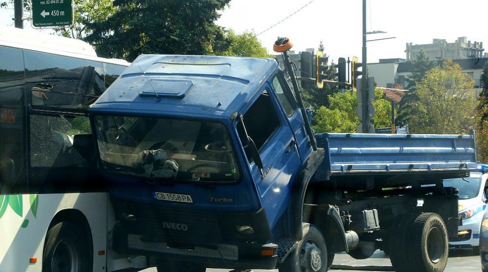 Камион и автобус се удариха в София (СНИМКИ)