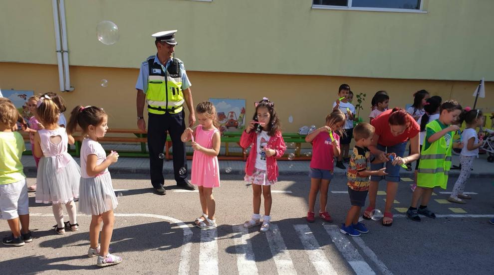 Пътни полицаи и експерти от РИОСВ гостуваха на две детски градини (СНИМКИ)