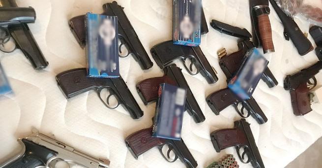 Разбита е престъпна група, изпращала пистолети, автоматични оръжия, бронежилетки и