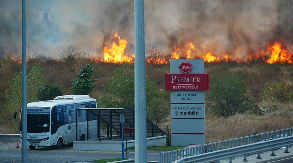 Голям пожар горя край Летище София (ВИДЕО)