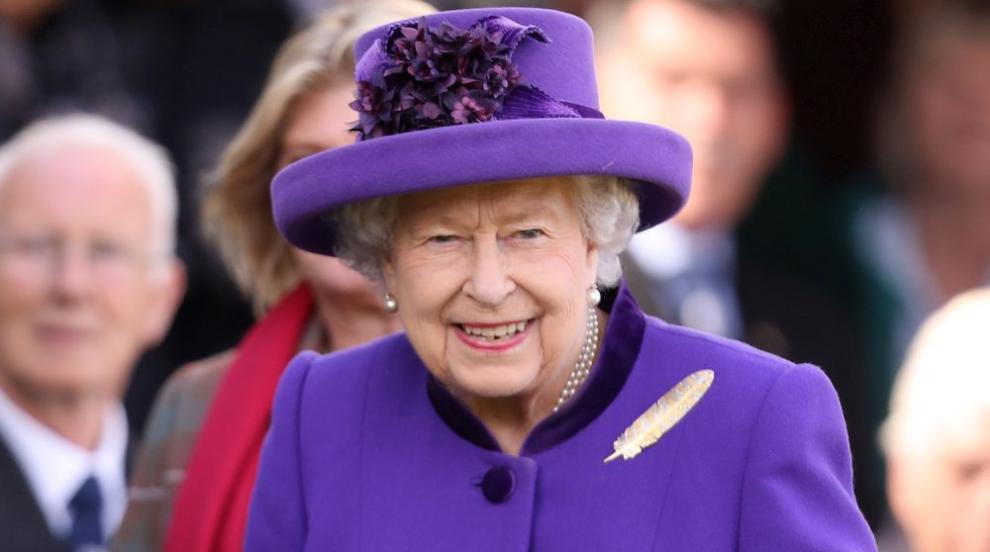 Кралица Елизабет ІІ лично сервирала чай на работник в Бъкингамския дворец