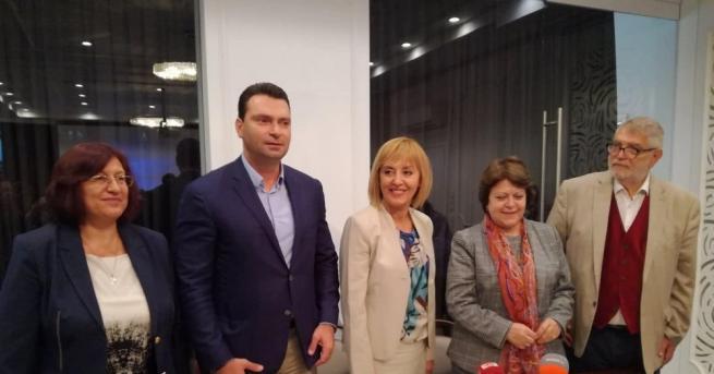 Кандидатът за кмет на София Мая Манолова и представители на