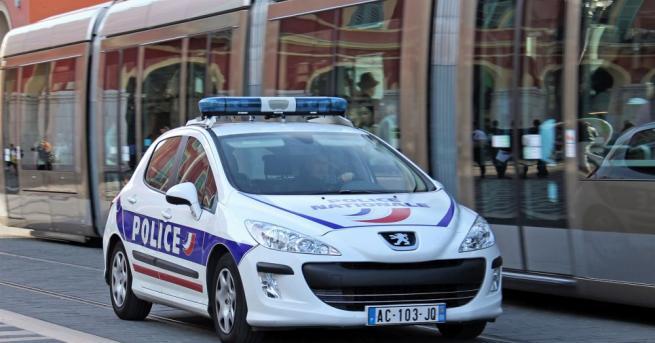 Френските власти съобщиха, че неизвестно лице е открило огън от