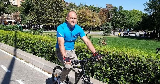 Президентът Румен Радев тръгна на работа с колело, стана ясно