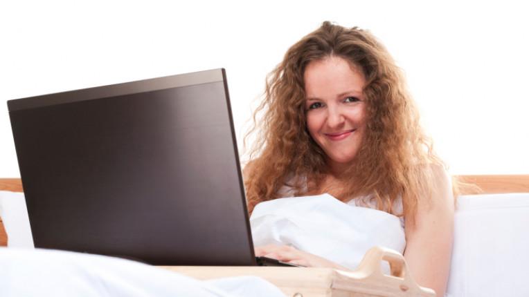 жена лаптоп компютър легло