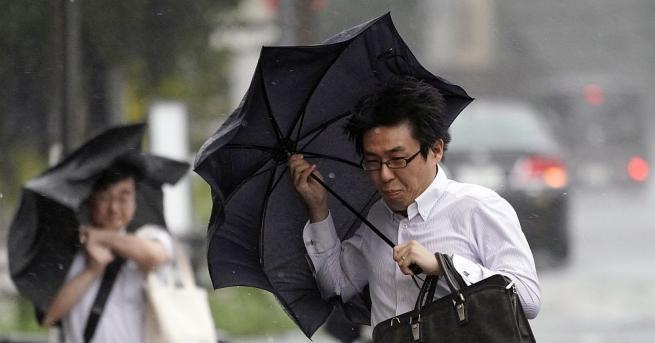 """Снимка: Тайфунът """"Тапа"""" рани 4 души в Япония, стотици полети са отменени"""
