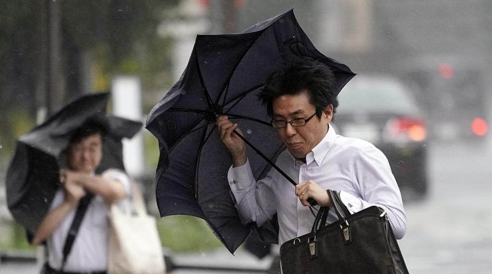 """Тайфунът """"Тапа"""" рани 4 души в Япония, стотици полети са отменени"""