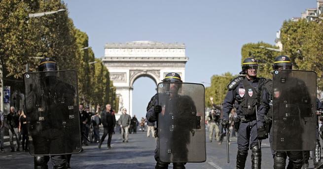 Най-малко 90 души бяха задържани в Париж в хода на