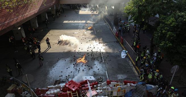 Полицията в Хонконг използва сълзотворен газ срещу протестиращи, събрали се