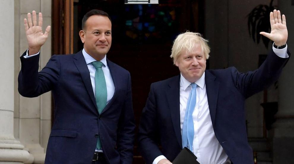 Ирландският премиер получи светена вода за срещата му с Борис Джонсън...