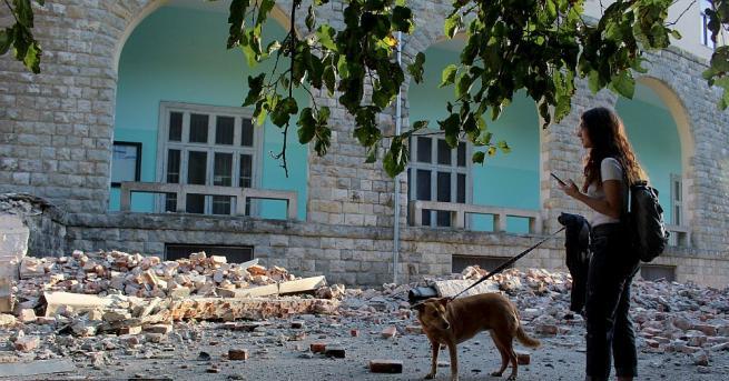 Десетки хора са получили леки наранявания при силното земетресение вчера