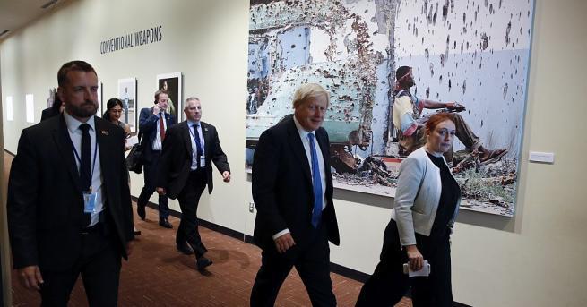 Борис Джонсън се завръща във Великобритания, за да се справи