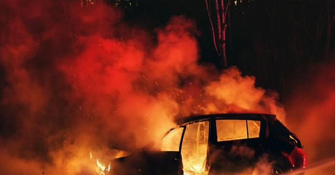 Два автомобила са горели тази нощ в село Малорад, съобщиха