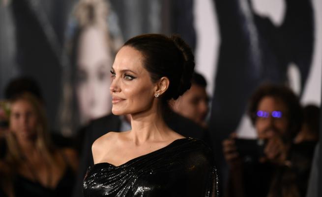 Анджелина Джоли със специална компания на червения килим (СНИМКИ)