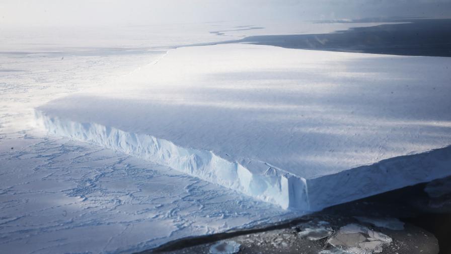 <p>Огромен<strong> айсберг се откъсна</strong> от Антарктика</p>