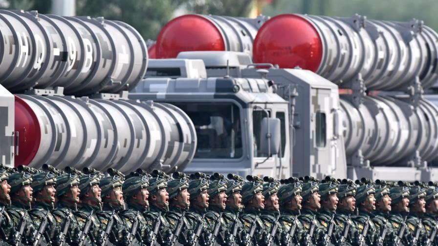 Китай показа военната си мощ, Хонконг избухна