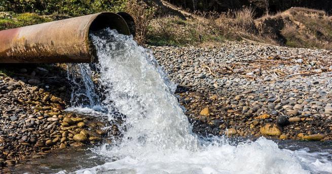Екип на РИОСВ-Монтана проверява сигнал за нефтено петно в река
