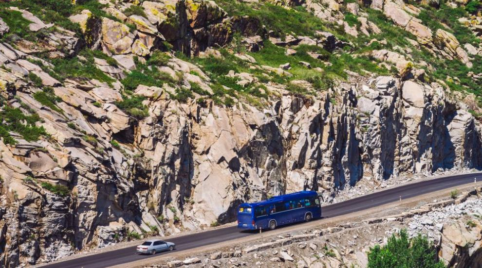 Автобус падна в 100-метрова пропаст в Перу, има загинали (СНИМКА)
