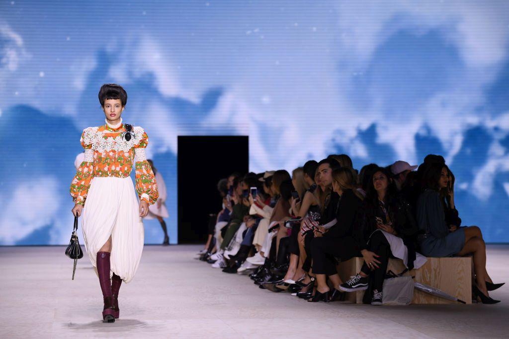 Louis Vuitton представи колекция, смесваща модни вдъхновения, цветове и щампи за последното шоу на Седмицата на модата в Париж.