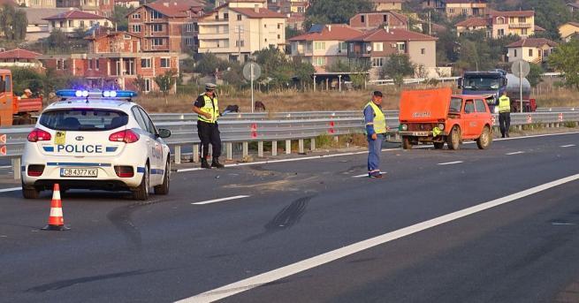 """""""Лада Нива"""" на строителна фирма катастрофира тази сутрин на магистрала"""