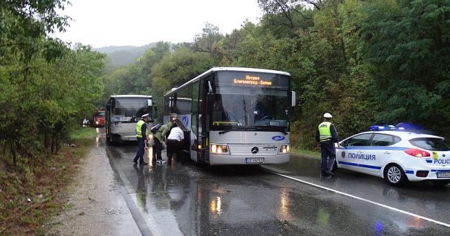 Пътнически междуградски автобус и лек автомобил се удариха на пътя