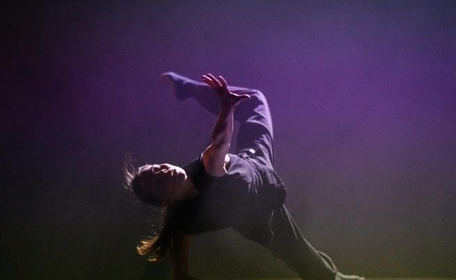 Танцьорите, които разпръскват мрака